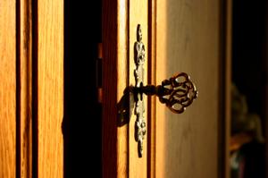 closet_door_with_key